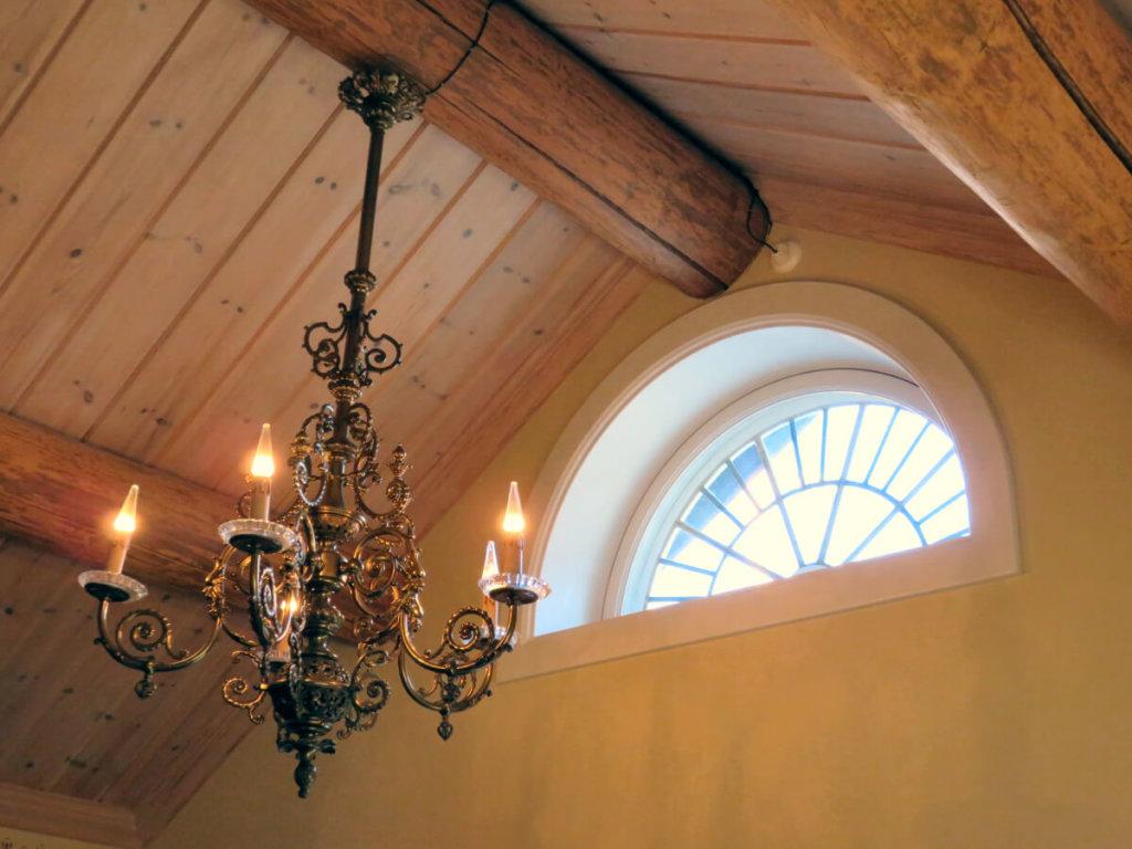 Det fina lunett fönstret på sin nya plats, med den vackra takkronan