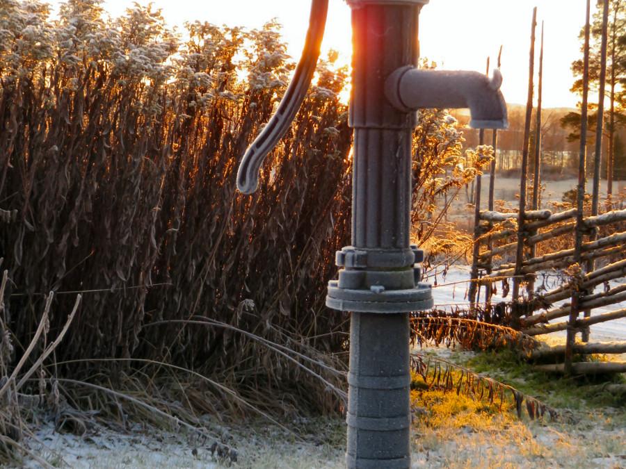 En riktig vattenpump måste en dalagård naturligtvis också ha
