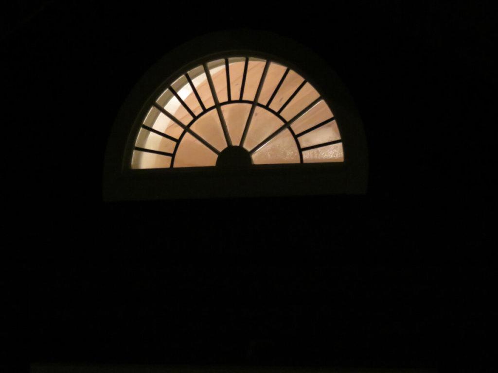 Det fina lunett fönstret på sin nya plats, sett utifrån på kvällen