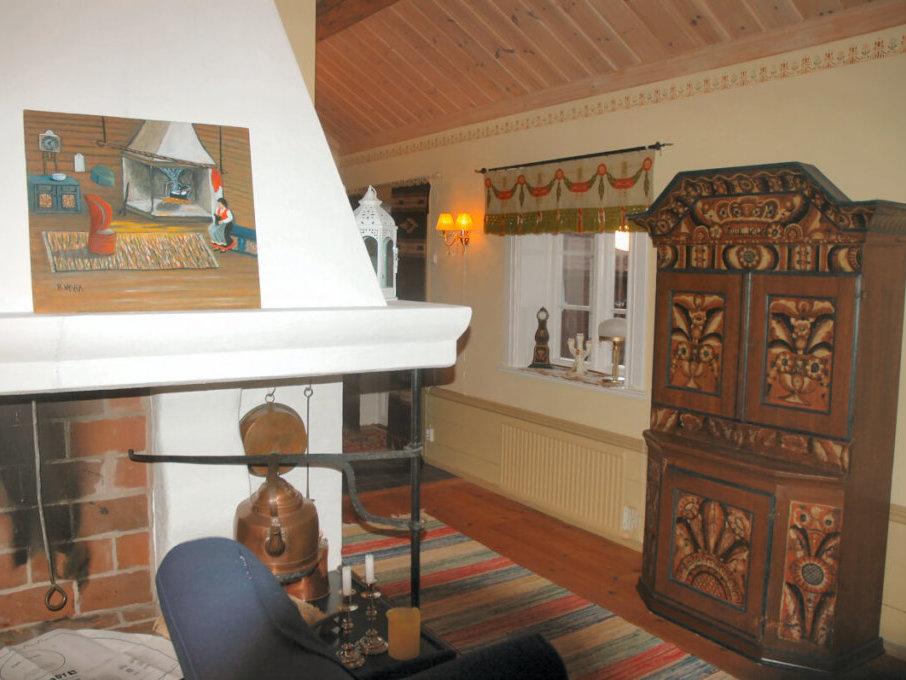 Storstugan med vackert dalaskänkskåp från 1808