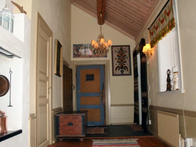 Hallen i Storstugan samt dörr in till Röda Rummet