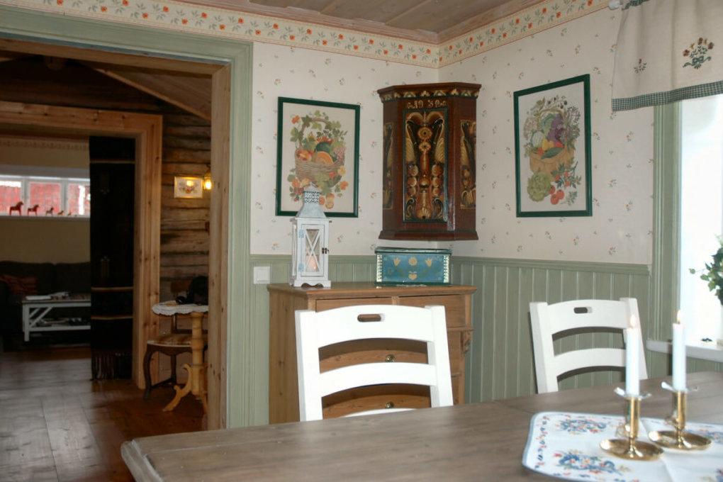 Husmors rum - köket med vackert hörnskåp med kurbitsmålning