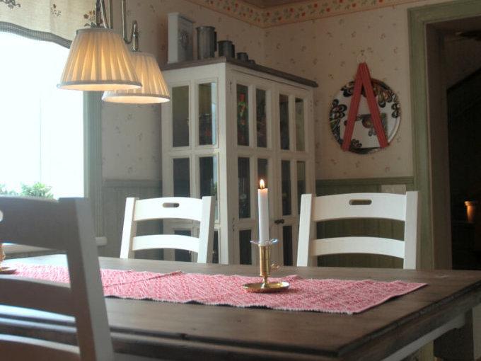 Matplatsen i köket med vackert hörnskåp med matsalsbord
